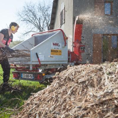 France, Chens sur Léman. Service experimental de broyage des déchets verts de la CC du Bas Chablais réalisé par le peronnel de l'association du LIEN (Léman Insertion Environnement)